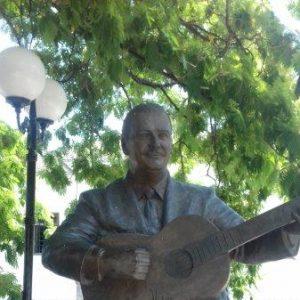Skulptur eines bekannten Musikers auf dem Dorfplatz