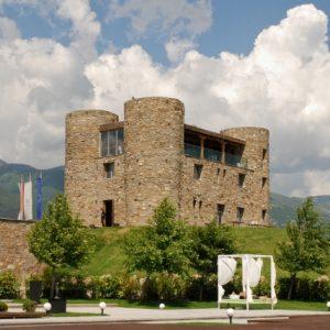 Das Weingut Chateau Copsa. Es wirkt wie eine Burg vor der Bergkulisse der Balkan-Berge