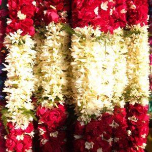 Blumengirlanden auf dem Blumenmarkt von delhi