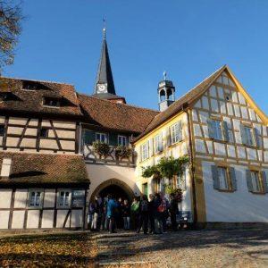 Gruppe vor Kirchenburg in Mönchsondheim