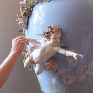 Porzellanengel auf Meissner Vase wird ertastet