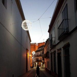 weihnachtlich geschmückte Straße von Carmona