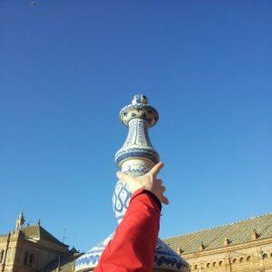 Hand an Keramikbrückenkopf auf der Plaza de Espana