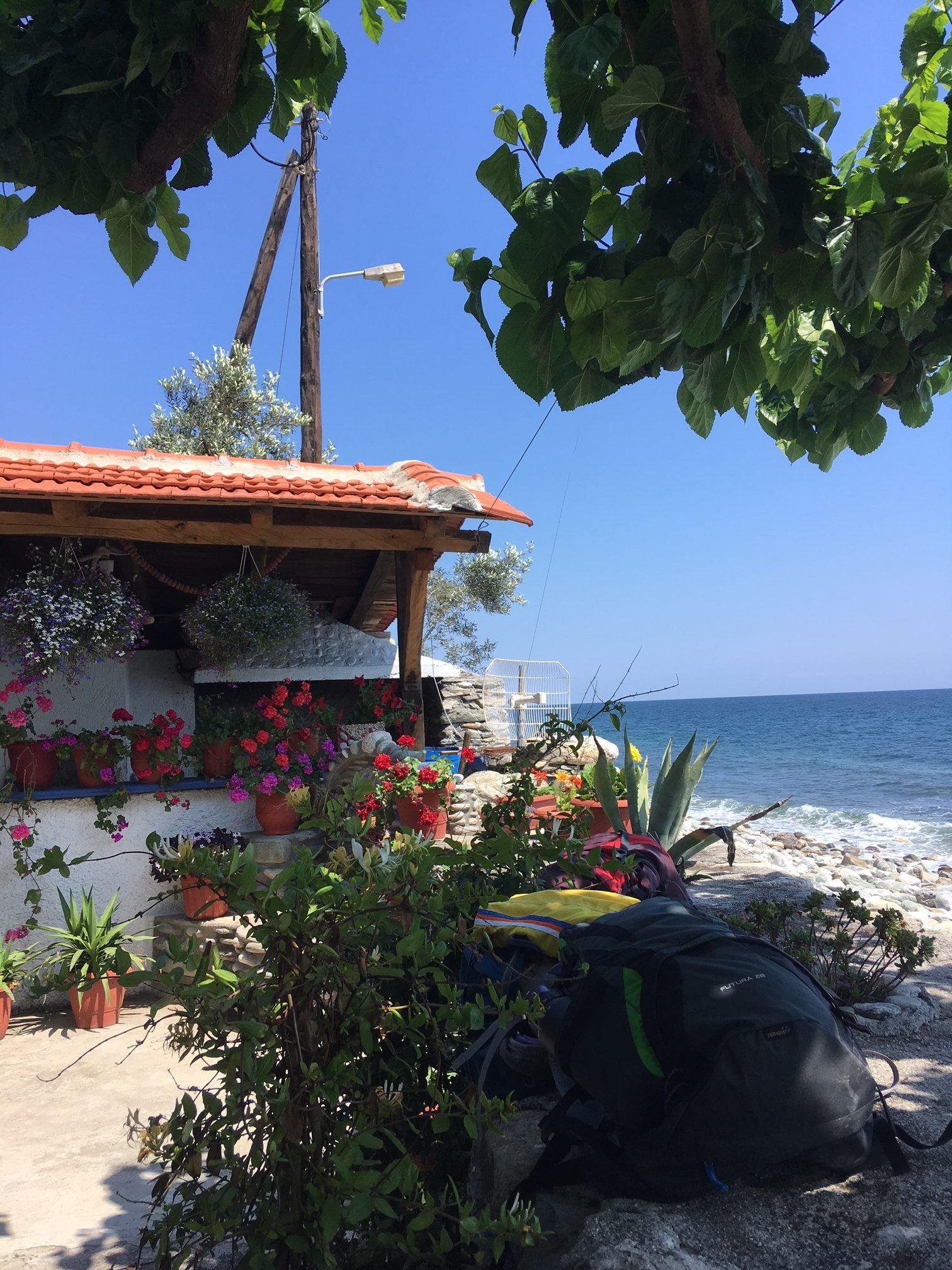 Eine Taverne direkt am Meer. Mit zahlreichen roten Geranien vor dem Fischgrill