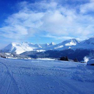 Langlaufloipe und Bergpanorama