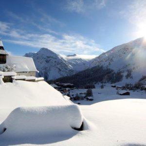 Das verschneite Bergkirchli in Arosa