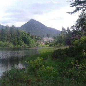 Castle am Salmon River und im Hintergrund eine Bergspitze der 12 Bens