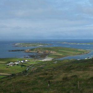 Blick auf die Halbinsel von Clifden Bay vom Sky Loop aus