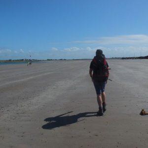 Wanderer am langen Sandstrand