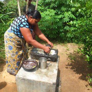 Traditionelle Zubereitung eines Sambas durch eine Frau
