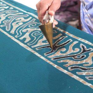 Batik-Technik. Wachs wird aufgetragen