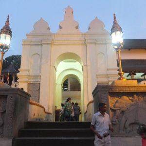 Der Eingang des Zahntempels von Kandy