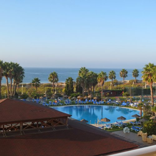 Unsere Hotelanlage mit Pool, Palmen und Strand