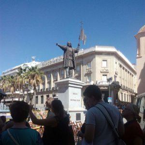 Gruppe vor Kolumbus-Statue in Huelva