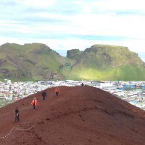 Der junge Vulkan Elderfell auf Hemayey. Im Hintergrund sieht man den Ort und den Fischereihafen