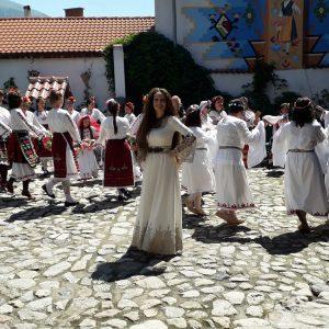 Tanzende Frauen in Karlovo beim Lavendelfest