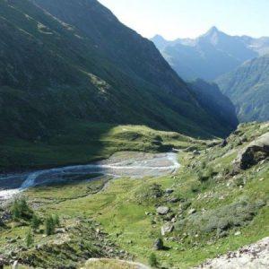 Ein Hochgebirgstal mit Bergbach