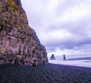 Der schwarze Reynisfjara Strand mit Basalt-Klippen