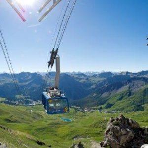 Die Weißhorn-Gipfelbahn vor beeindruckender Bergkulisse
