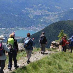 Wanderer auf einem Bergrat über dem Valsugana-Tal