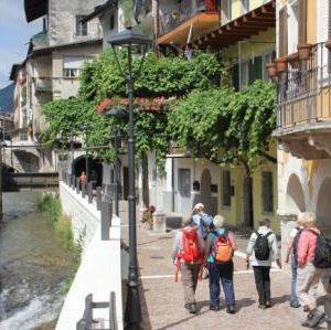 Wanderer aam Fluss Brenta im Zentrum von Borgo di Valsugana