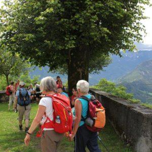 tour de sens Wandergruppe auf einem Aussichtsplatz oberhalb des Tales