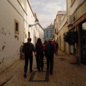Eine tour de sens Gruppe läuft durch die Gassen von Loule