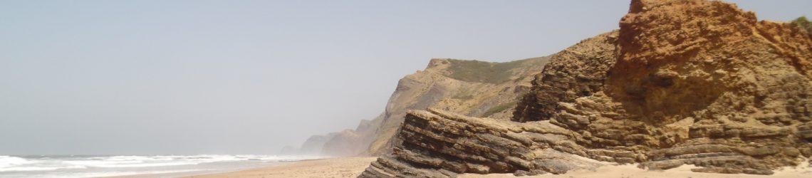 Sandstrand mit Felsen an der Costa Vicentina