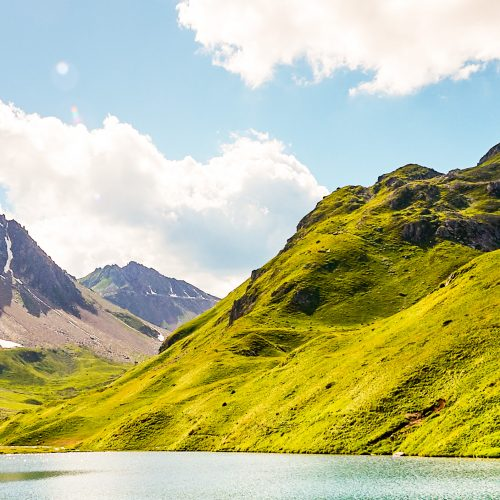 Bergsee und Bergwiesen