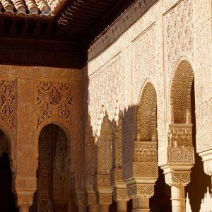 Hufeisenbögen der Alhambra mit maurischem Flechtwerk