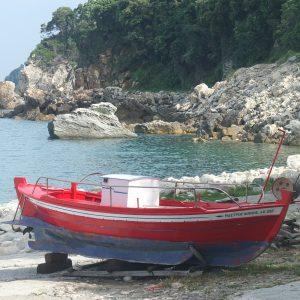 Ein buntes Fischerboot am Hafen von Chorefto