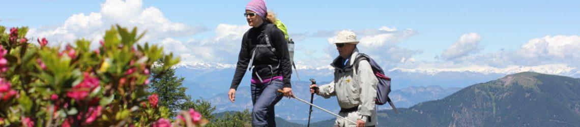 Ein sehender Gast führt einen blinden Gast durch die Bergwelt im Trentino