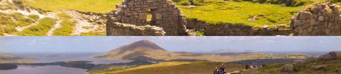 Eine Foto-Collage aus einer Kirchenruine auf der grünen Wiese und der Berglandschaft vom Diamond Hill