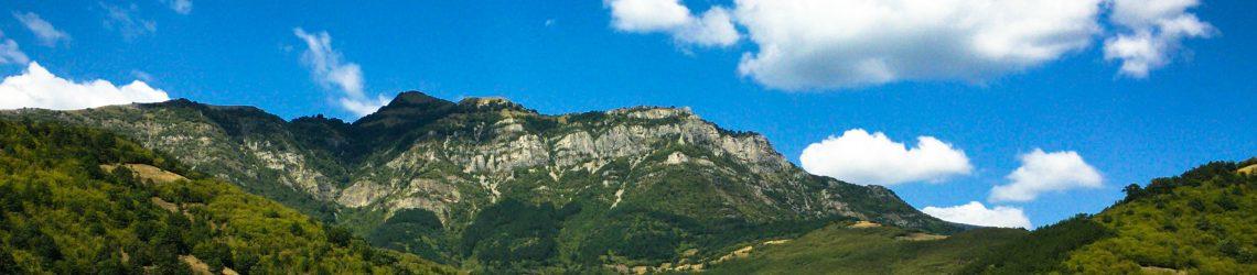 Bulgarische Berglandschaft vor blauem Himmel