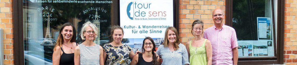 Einige Reiseleiter von tour de sens und die Inhaberin Laura Kutter vor dem tour de sens Büro