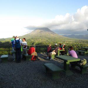Gruppe vor dem Vulkan Arenal