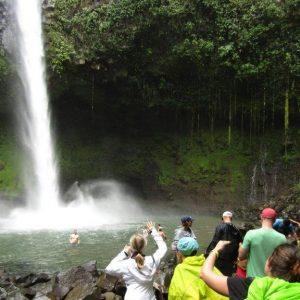 Gruppe an einem tropischen Wasserfall