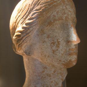 Frauenkopf einer Skulptur aus der Ausgrabungsstätte Egnazia