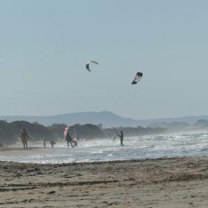 Sanddünen und Strand mit Kite-Surfern im Parco delle Dune Costiere