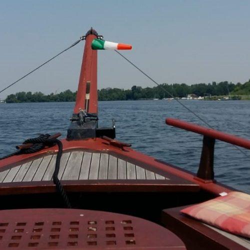 Blick vom Holzschiff Anna Maria auf die HAvel und die umliegenden, grünen Ufer