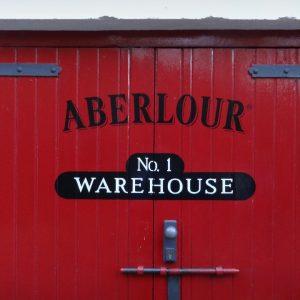 Rote Eingangstür der Aberlour Distillery