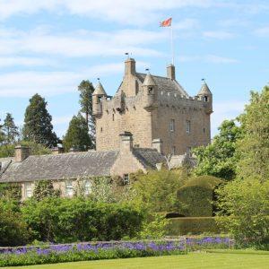 Cawdor Castle mit den Gärten im Vordergrund