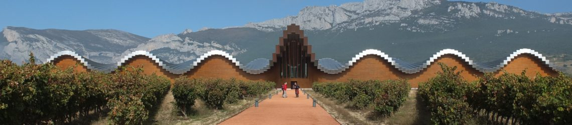 Das moderne, von Santiago Calatrava entworfene Weingut Ysios in den Weinbergen