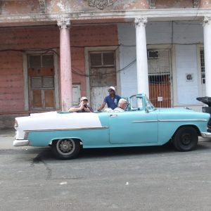Oldtimer vor verwitterter Fassade in Havanna