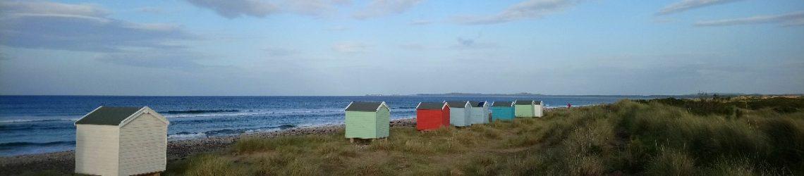 Der Strand von Findhorn mit kleinen Strandhütten