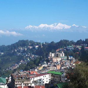 Der Ort Darjeeling und im Hintergrund die Berge des Himalaya