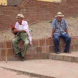 Zwei alte Männer mit einem Hahn