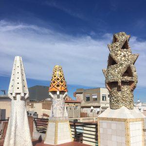 Mit bunten Kacheln besetzten Kaminen des Palau Güell
