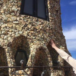 Eine Hand ertastet den kunstvollen Schornstein auf dem Palau Güell