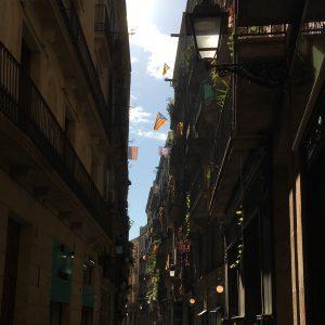 Straßen des Barri Gotic, mit katalanischen Flaggen